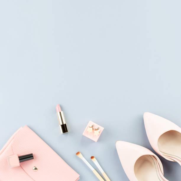 Trabajo de blogger de moda plana pone con bombas, cosméticos, monedero, libro de planificador y flores. - foto de stock