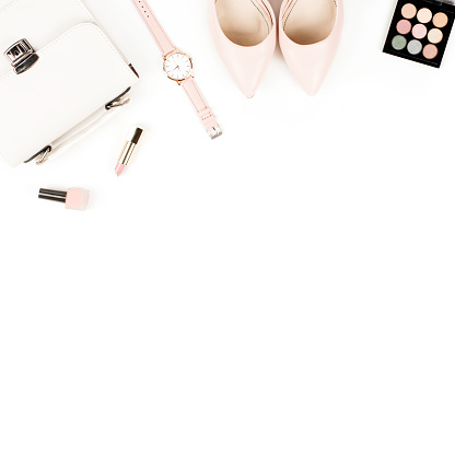 패션 블로거 작업 영역 평면 펌프 화장품 지갑 플래너도 서 꽃을 놓으십시오 0명에 대한 스톡 사진 및 기타 이미지
