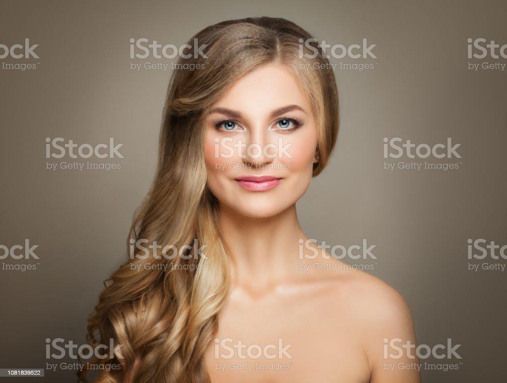 Mujer Rubia De Moda Con El Corte De Pelo Ondulado Largo