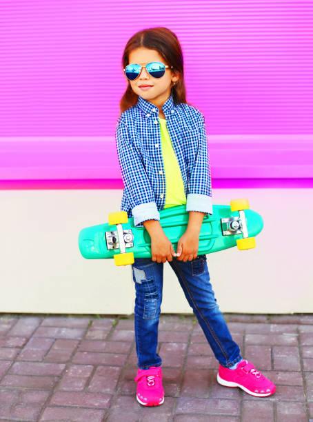 Mode Kinder Mädchen mit Skateboard auf bunte Wand rosa Hintergrund – Foto