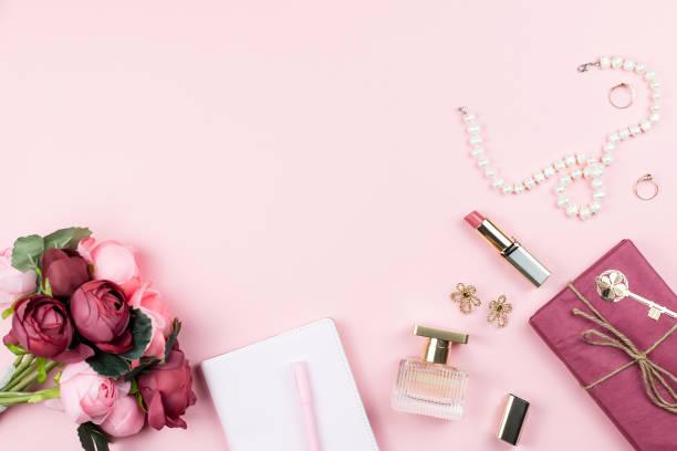 패션 액세서리, 꽃, 화장품 및 분홍색 배경, copyspace 보석 컬렉션입니다. 여자 날 개념 - 보석 개인 장식품 뉴스 사진 이미지