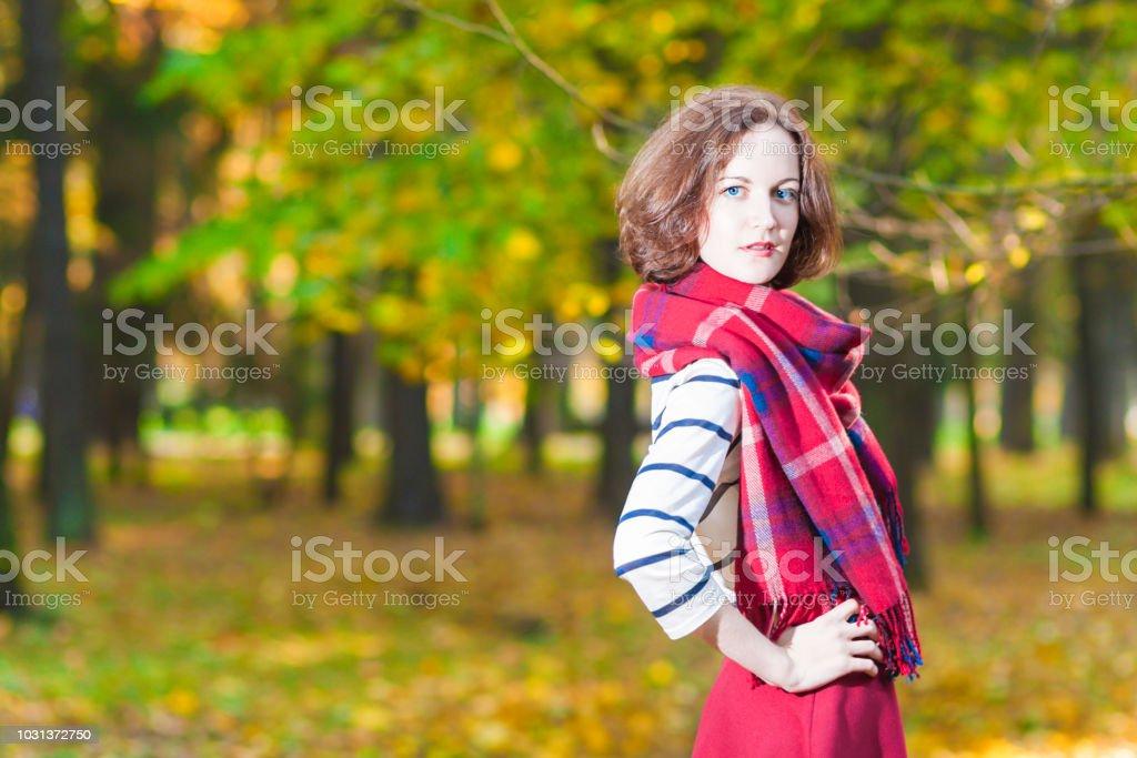 446296d98e40 Moda conceito e ideias: caucasiana feminina morena jovem no feito sob medida  de roupas foto