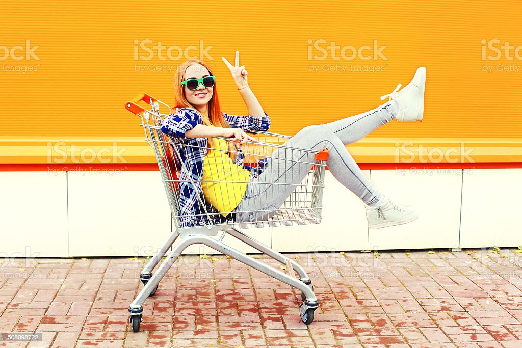Mode Kühl lächelnde Mädchen Spaß haben im Einkaufswagen Einkaufswagen – Foto