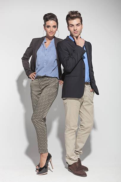 Mode paar posieren auf leichten grauen Hintergrund – Foto