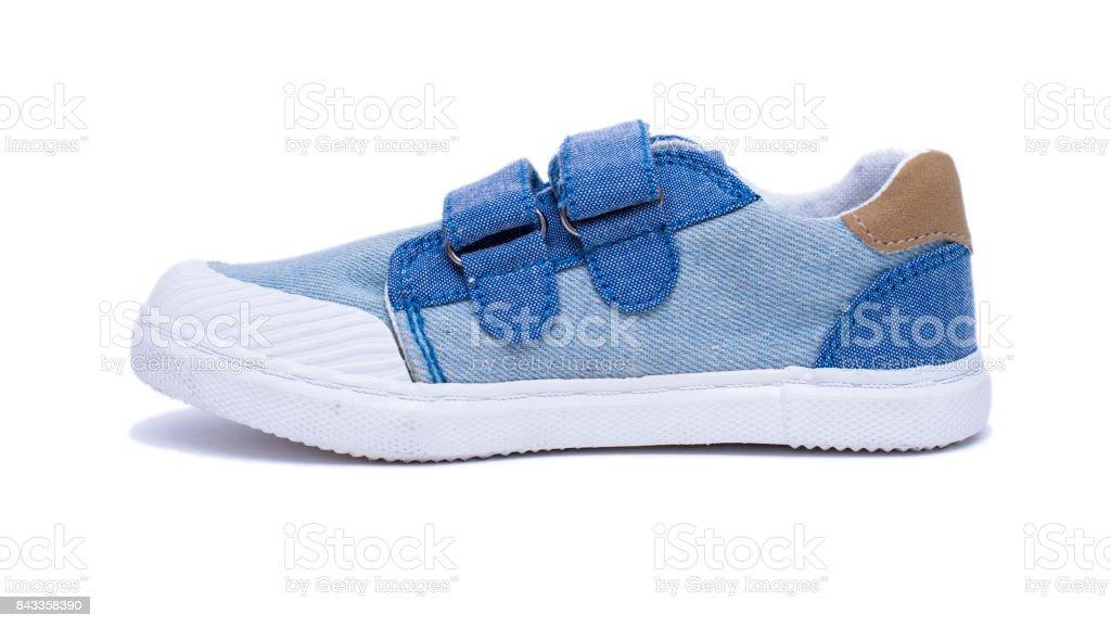 Moda jeans bebê sapatos para os pés de crianças. Crianças tênis isolados no fundo branco. - foto de acervo