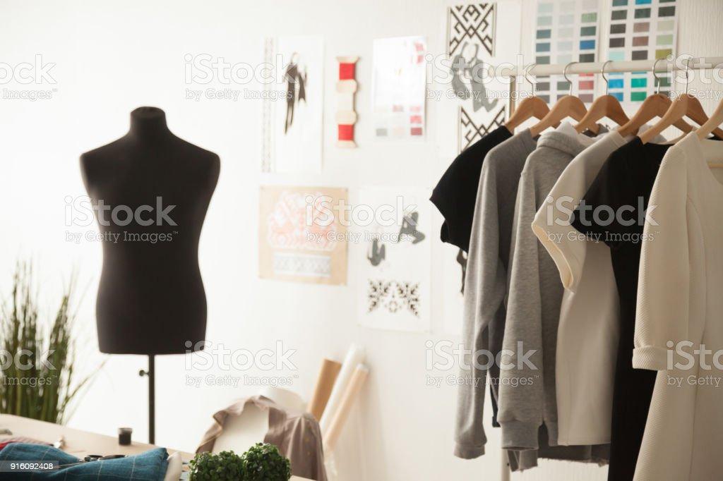 Fashion design studio confortable intérieur avec mannequin, couture et - Photo