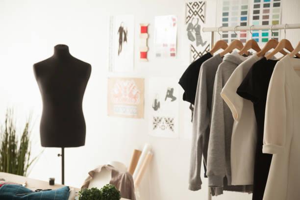 Mode-Design-gemütliches Studio-Interieur mit dummy, Schneiderei und – Foto