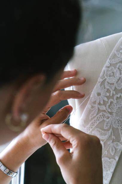 fashion designer creating gowns - tiul tkanina zdjęcia i obrazy z banku zdjęć