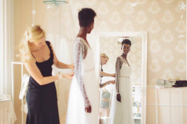 mode-designer ist das hochzeitskleid anpassen. - hipster braut stock-fotos und bilder