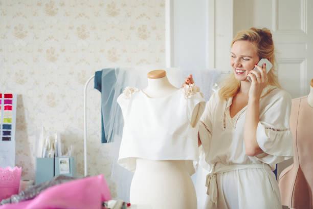 mode-designer wird mit dem kunden am telefon sprechen. - hochzeitskleider online stock-fotos und bilder