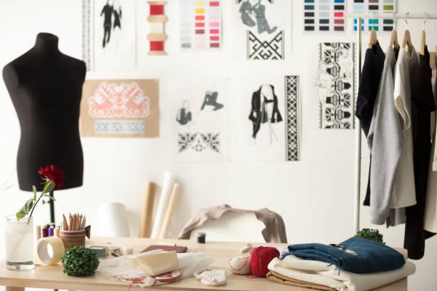 mode-designer showroom mit schaufensterpuppe, schreibtisch und kleidung - exklusive mode stock-fotos und bilder