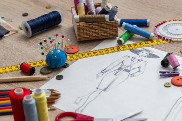Mode-Designer Studio mit Skizze auf Tisch – Foto
