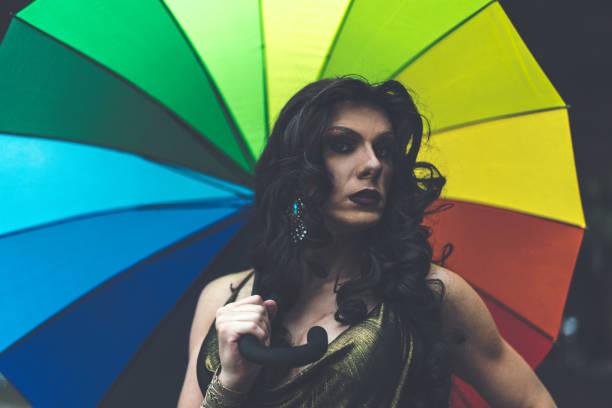 mode drag queen met regenboog paraplu - drag queen stockfoto's en -beelden