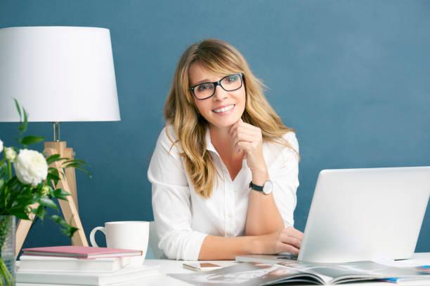de redacteurszakenvrouw van de manier - woman home magazine stockfoto's en -beelden