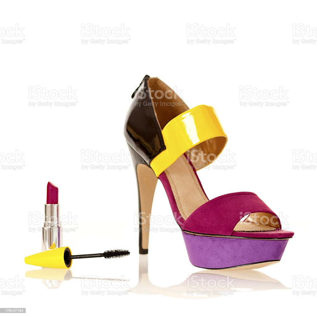 f1a7cfda49 Mode indispensables: Sandales à hauts talons, rouge à lèvres et le mascara  photo libre