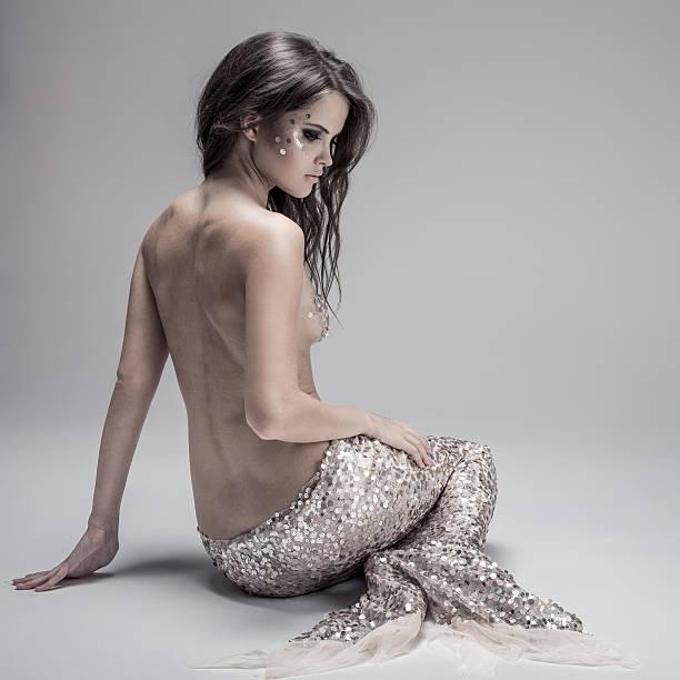 fashion fantasy meerjungfrau. studioaufnahme. grau hintergrund. - meerjungfrau kleid stock-fotos und bilder