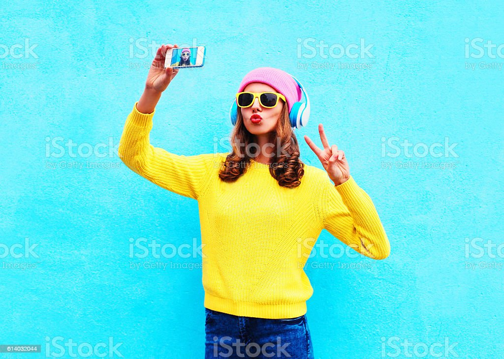 Fashion girl headphones music taking picture self portrait on smartphone – Foto
