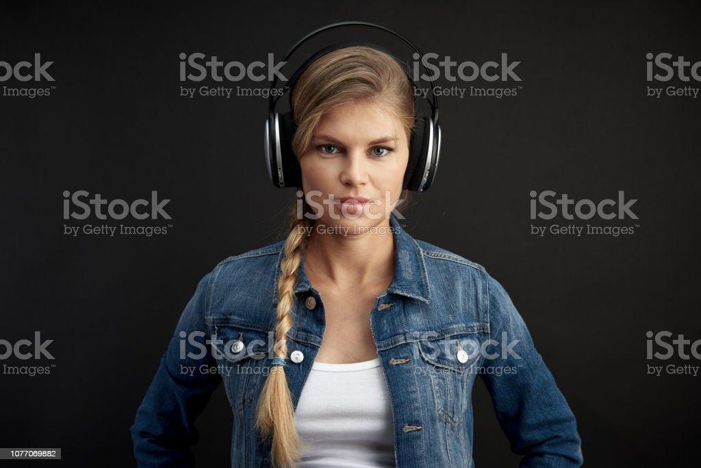 Mode Mädchen Kopfhörer über Studio-Hintergrund – Foto