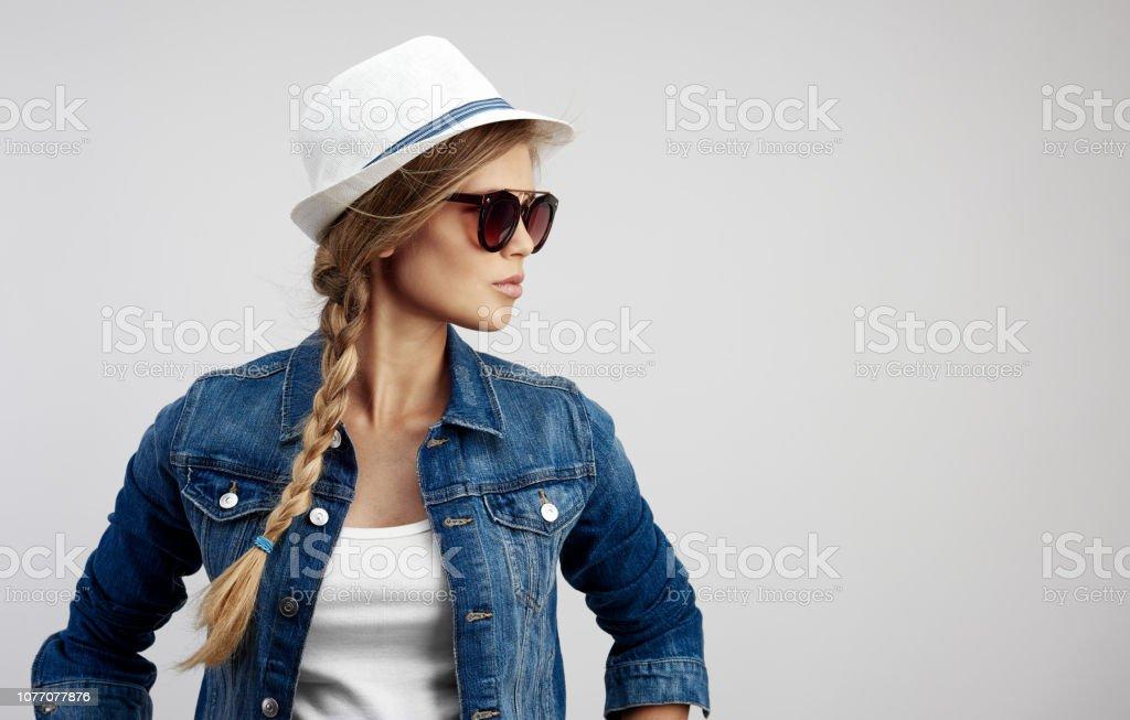 Mode Mädchen in Sonnenbrillen über Studio-Hintergrund – Foto