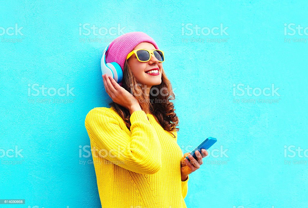Fashion girl listening to music in headphones with smartphone colorful – Foto