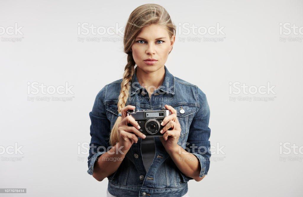 Mode Mädchen mit Retro-Kamera – Foto
