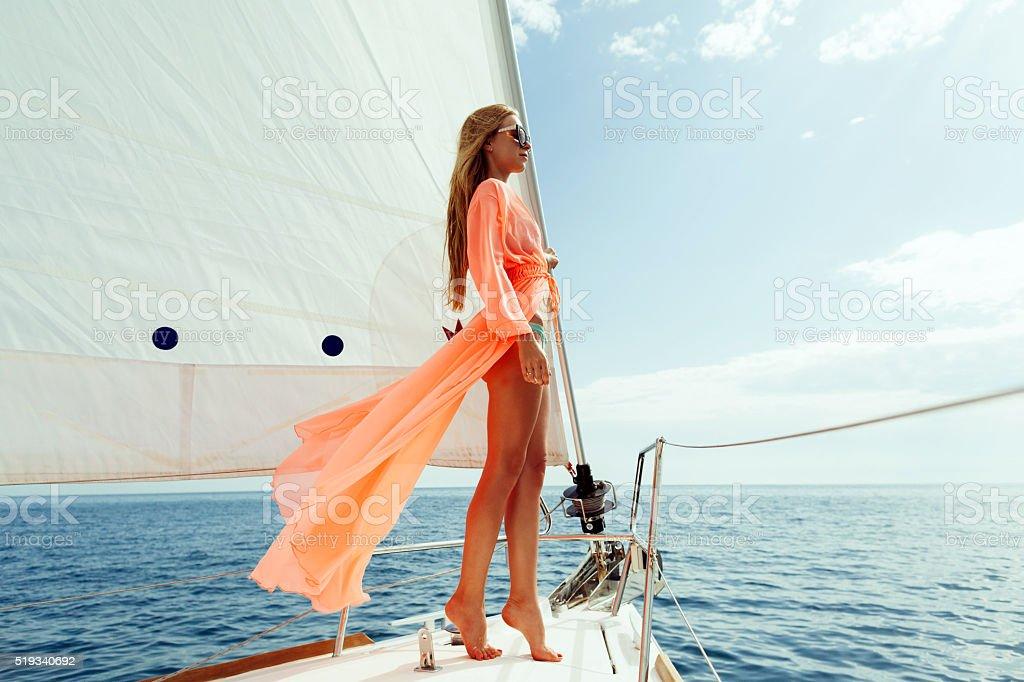 Mode Mädchen Segeln in das Meer mit blauer Himmel Sonnenlicht – Foto