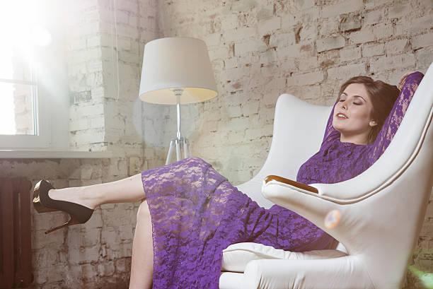 fashion glamour mädchen sie schön in violett kleid mit spitze. - damenschuhe k stock-fotos und bilder