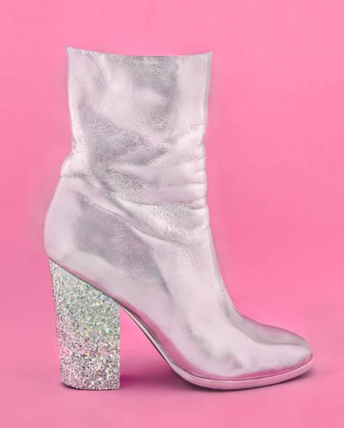 Fashion Glamour ein glänzend Silber Damenschuh mit Absatz von Konfetti auf rosa Papierhintergrund gemacht. Trendige minimal Pop Art-Stil in pastellfarbenen. – Foto