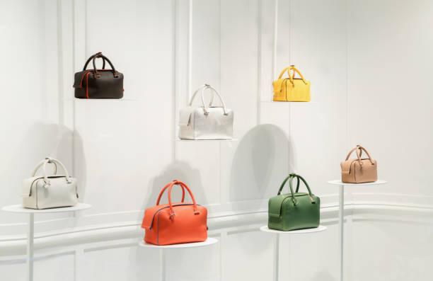 mode handtassen in een etalage - handtas stockfoto's en -beelden