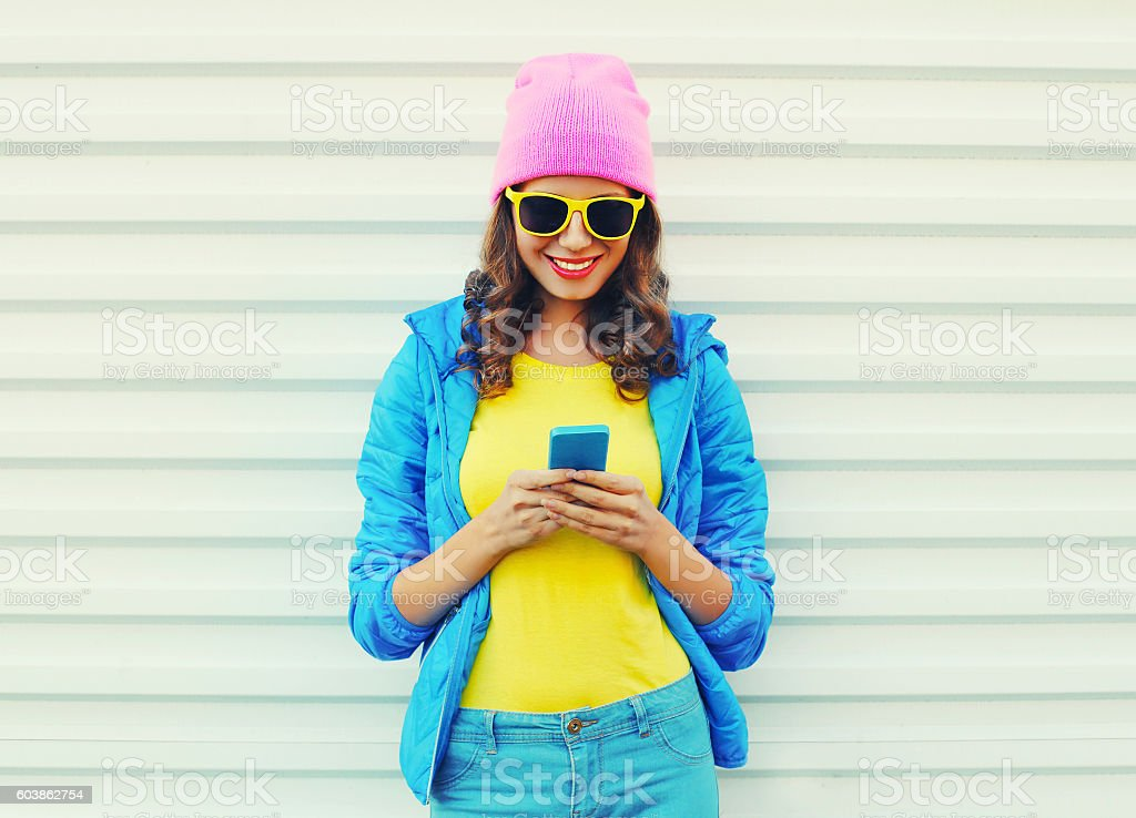 Fashion happy cool smiling girl using smartphone in colorful clothes – Foto