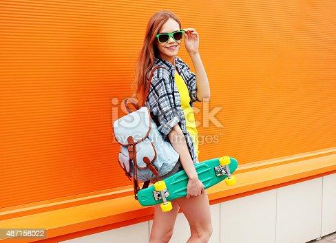 38fd0ffd2d 487086034istock Feliz sonriendo moda hipster tonos chica en gafas de sol  con patín 487158022