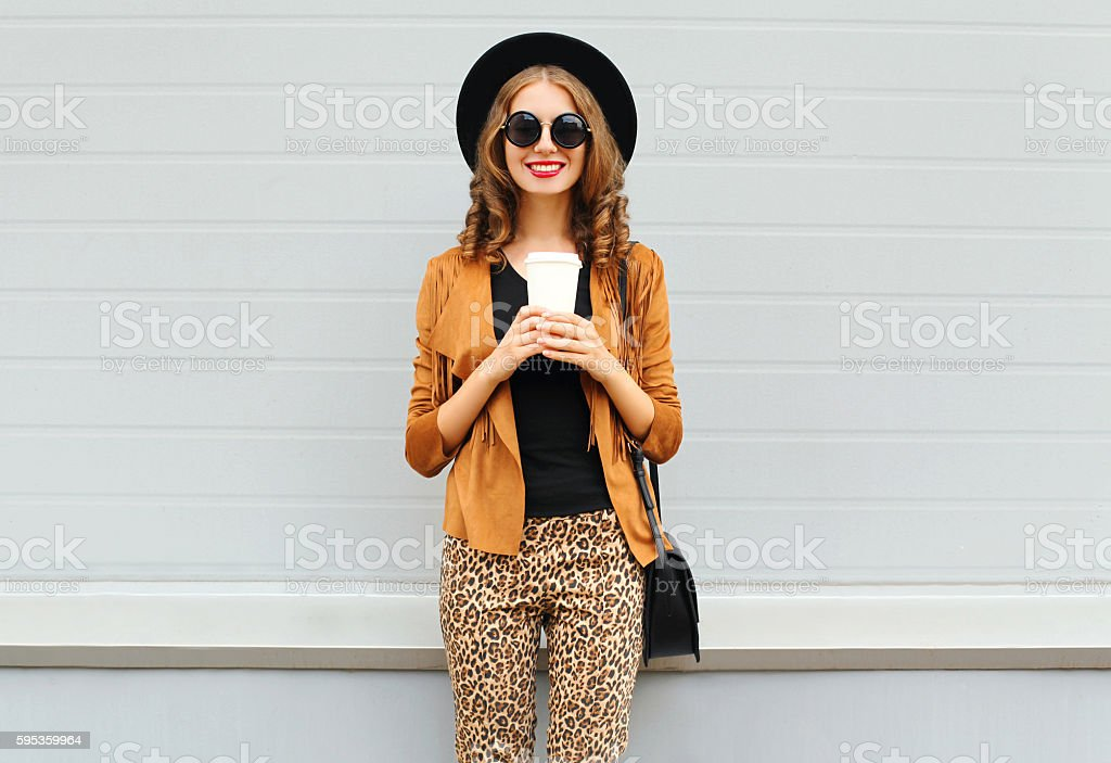 Fashion happy smiling woman, coffee cup, wearing hat, jacket, handbag – Foto