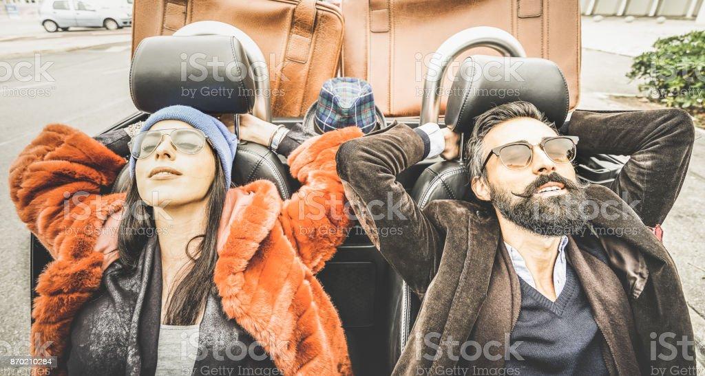 Hipster copain et copine - couple heureux se détendre ensemble au voyage en voiture - Modern love relation concept de mode avec les jeunes voyageant ensemble sur la route - filtre retro Vintage - Photo