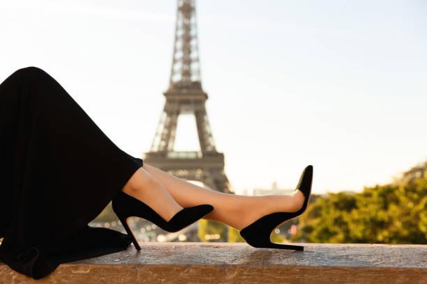 mode in paris. kleid, schuhe auf high heels auf dem hintergrund des eiffelturms - hochzeitsreise 1 woche stock-fotos und bilder