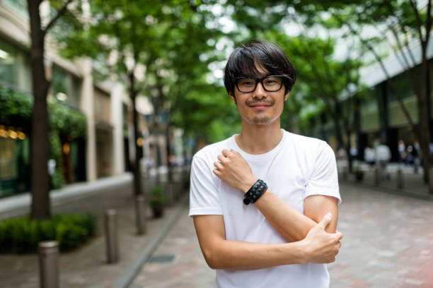 ファッション日本成人男性ウォーキング - 男性 笑顔 ストックフォトと画像