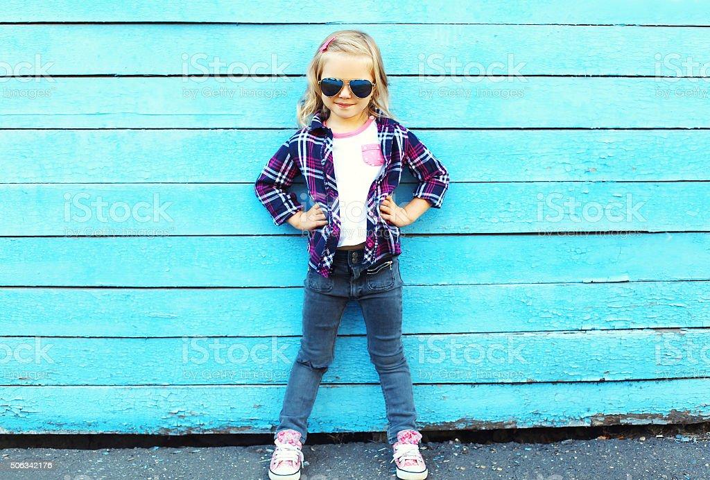 Детей моды в городской, стильный ребенок в Солнцезащитные очки за голубое  Стоковые фото Стоковая фотография de254698ea9