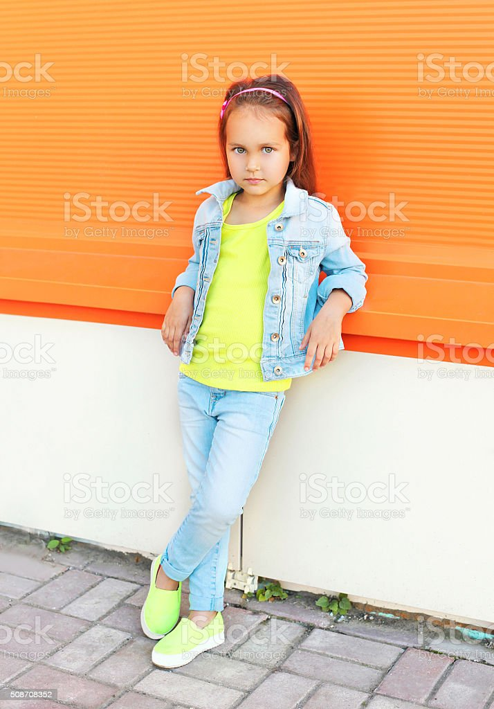 bad48d5df4 Moda mała dziewczynka dziecko na sobie dżinsy ubrania zbiór zdjęć  royalty-free