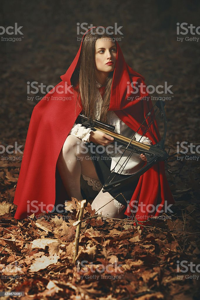 Fashion Le petit chaperon rouge posant dans la forêt. - Photo