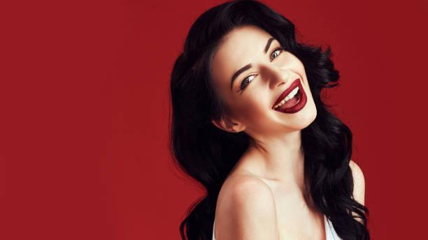 moda maquillaje y peinado rizos. hermosa modelo con el pelo largo y rizado. - labios rojos fotografías e imágenes de stock