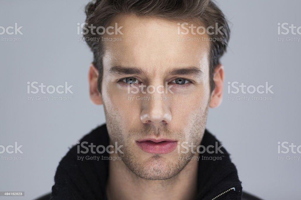Mode Mann Gesicht Nahaufnahme auf grauem Hintergrund. – Foto