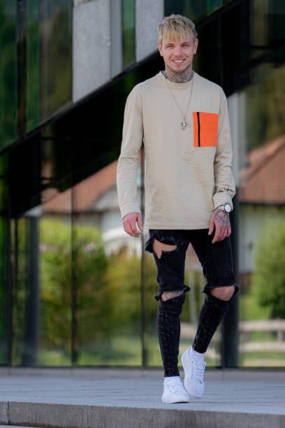 de mens van de manier - zwarte spijkerbroek stockfoto's en -beelden