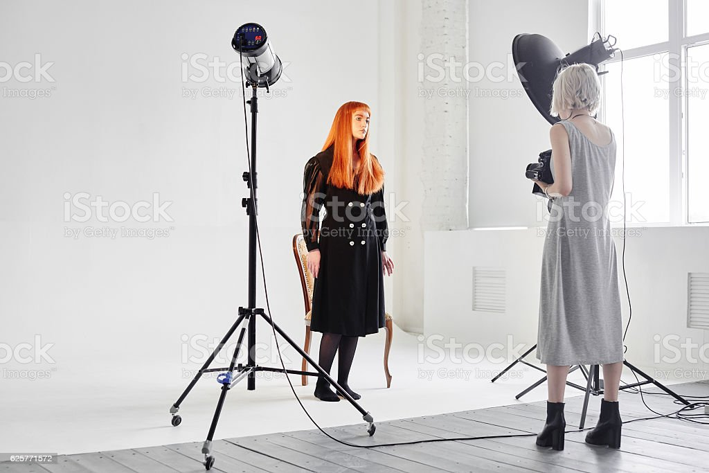 Fashion model and photographer are in the Studio – Foto