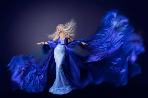 fashion model schönheit, fliegen kleid stoff im wind flatternden kunstseide tuch, winken frau frisur - abendkleid lang blau stock-fotos und bilder