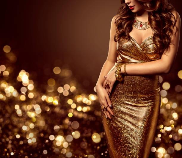 mannequin de corps robe or, femme élégante robe sexy or - robe photos et images de collection