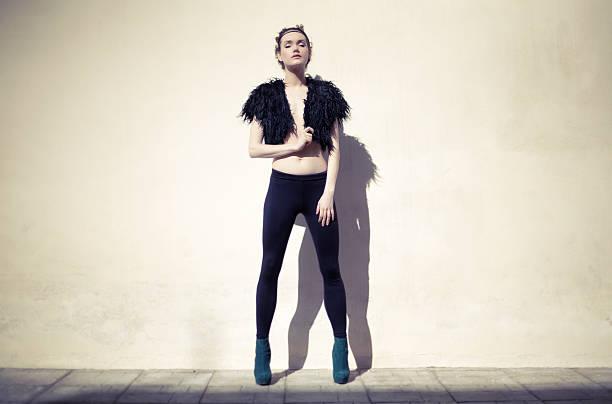 mode-foto von einem model in schwarz - leder leggings stock-fotos und bilder