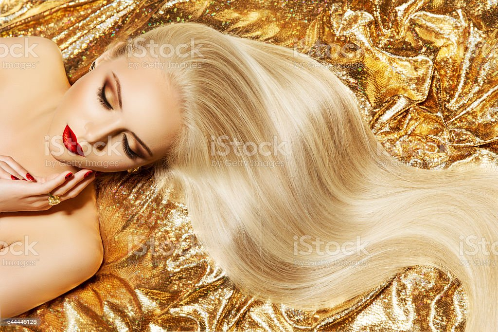 Fashion Model Gold Color Hair Style, Woman Long Waving Hairstyle – zdjęcie