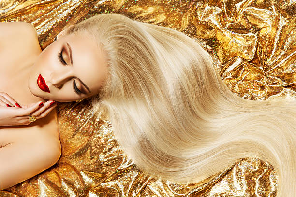 fashion model gold color hair style, woman long waving hairstyle - cheveux blonds photos et images de collection