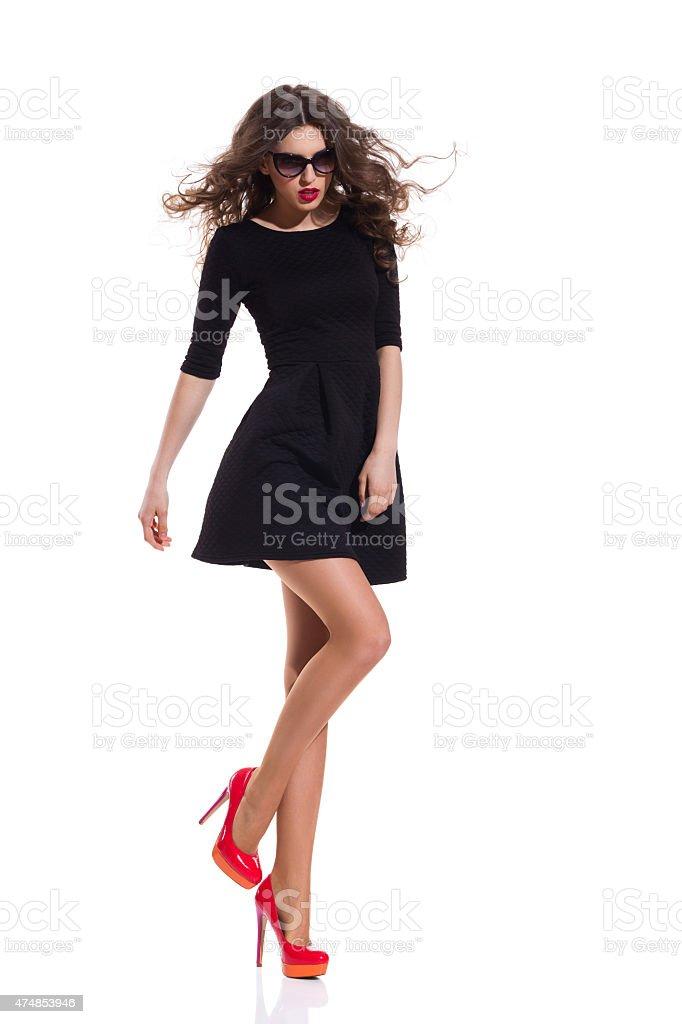 Modelo De Moda En Negro Mini Vestido Rojo Y Zapatos De