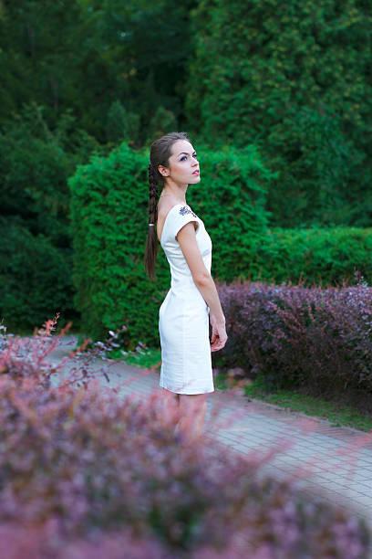 model in der natur - enge kleider stock-fotos und bilder