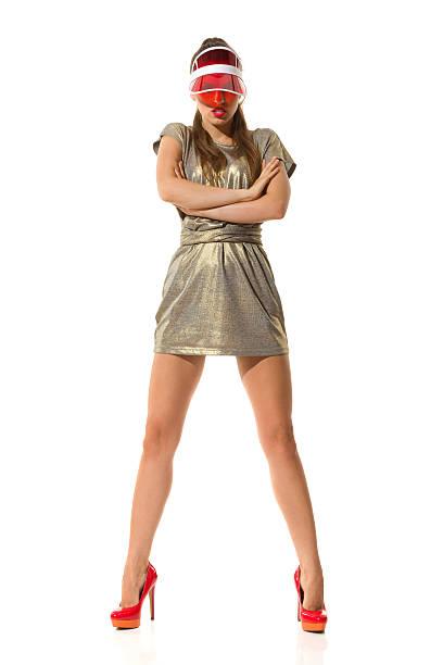 fashion model in red high heels and gold mini dress - piernas abiertas mujer fotografías e imágenes de stock